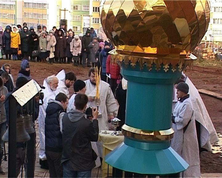 Водружение купола и креста на Храме рождества Пресвятой Богородицы в Чистых прудах
