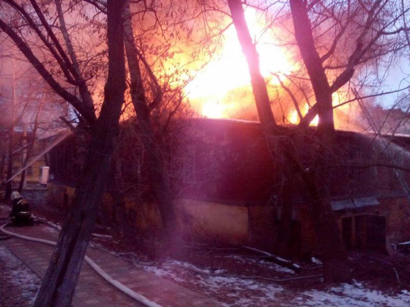 В центре Кирова горит жилой дом: есть пострадавшие (ВИДЕО).