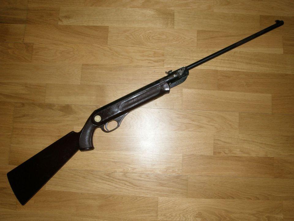 В Куменском районе из частного дом похитили винтовку и два бинокля.