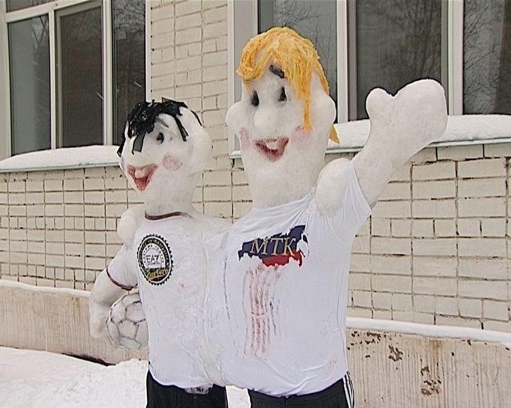 Ледяные скульптуры на территории гимназии имени Грина