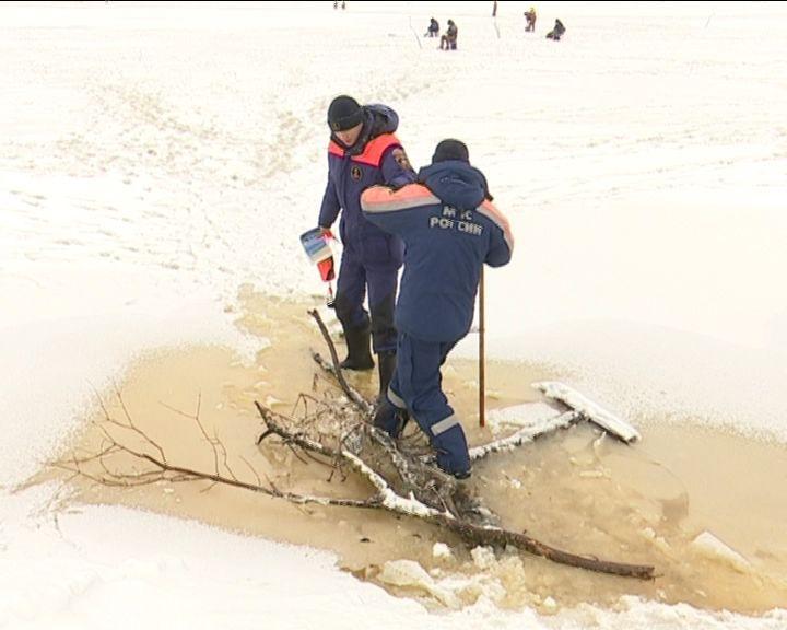 СРОЧНО!!! В Кировской области льдина с рыбаками дрейфует по Вятке
