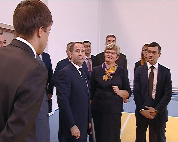 Михаил Бабич побывал в новой школе в микрорайоне Урванцево