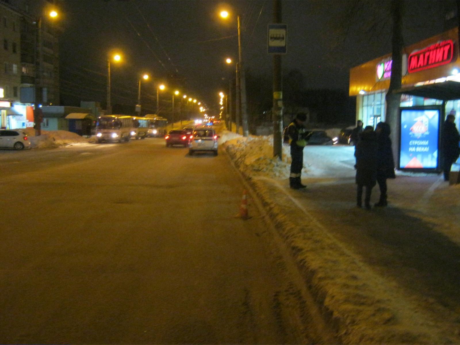 В Кирове из автобуса выпала 12-летняя девочка.