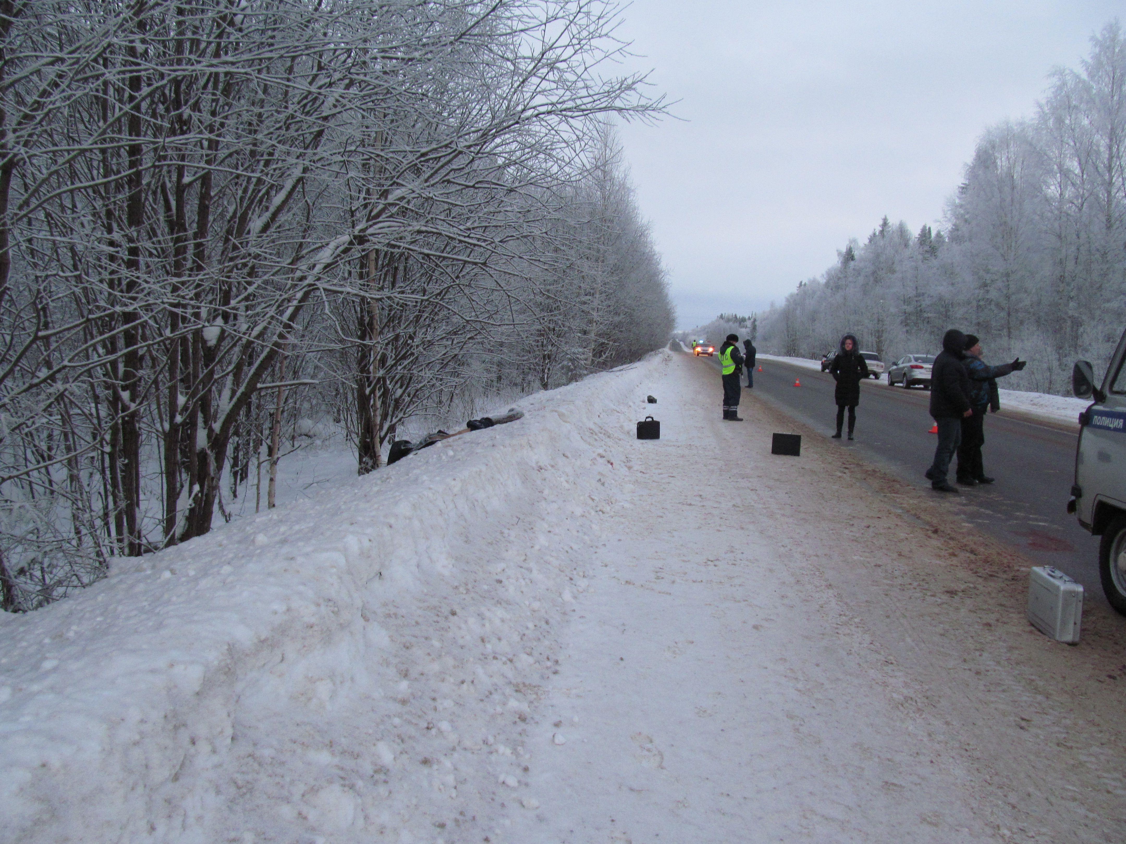 Сотрудники ГИБДД устанавливают очевидцев ДТП в Зуевском районе.