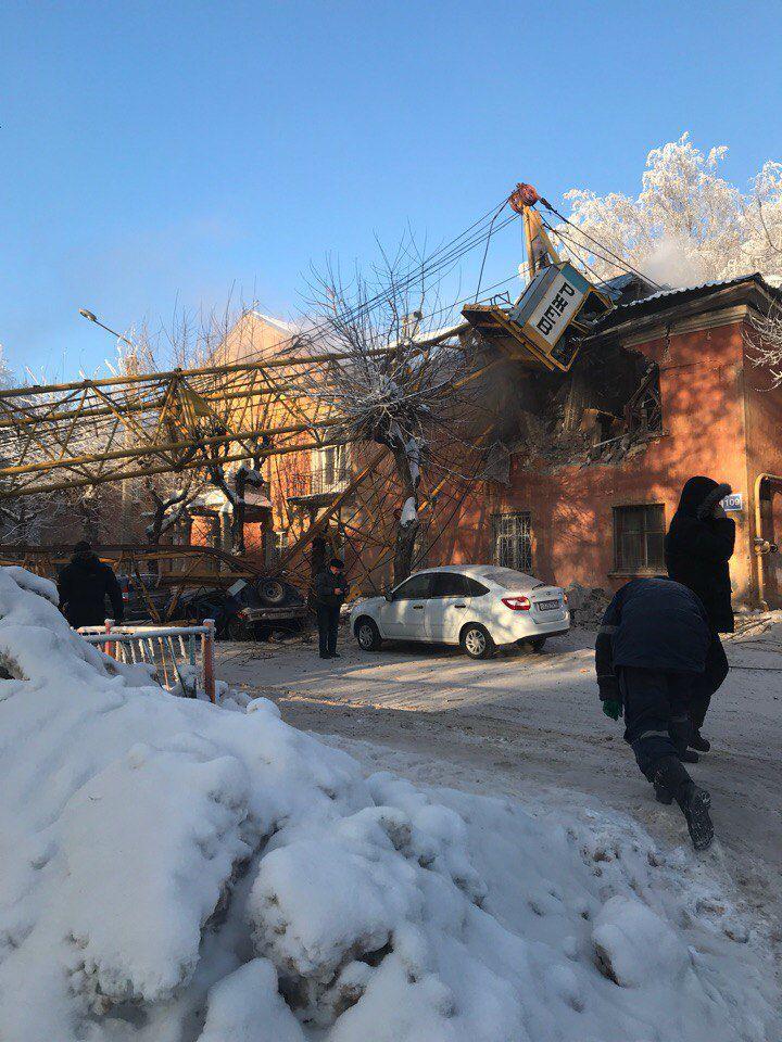 СРОЧНО! В Кирове на жилой дом упал строительный кран.