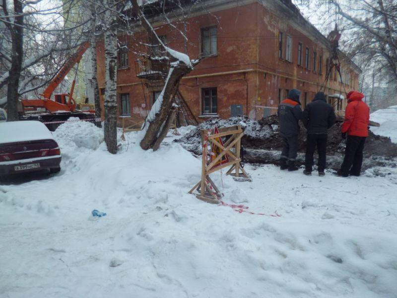 В Кирове продолжаются восстановительные работы в месте падения крана на жилой дом.