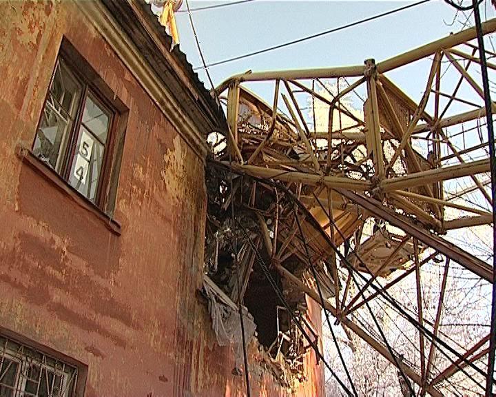 В центре Кирова на жилой дом упал строительный кран
