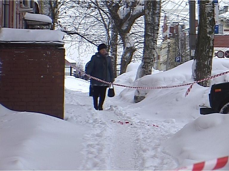 В Кирове убирают снег, забывая про тротуары