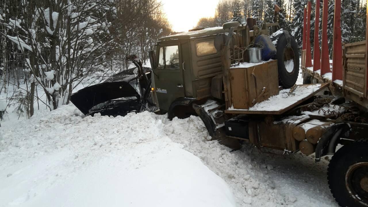 В Мурашинском районе водитель «Шевроле Нива» врезался в КамАЗ.