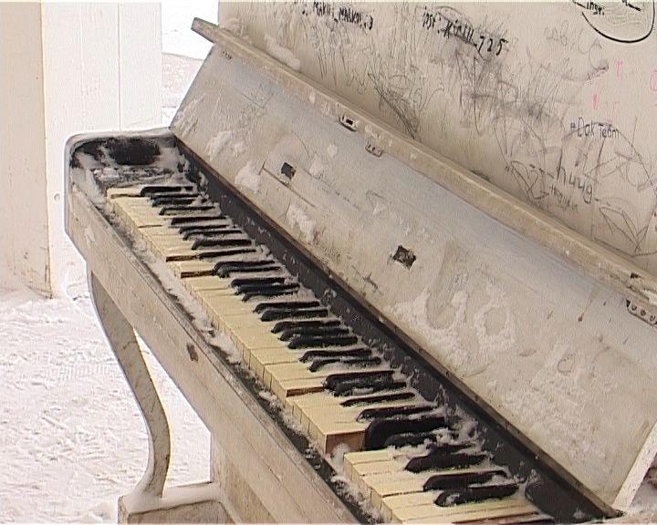 Почему пианино в кировских парках долго не живут?