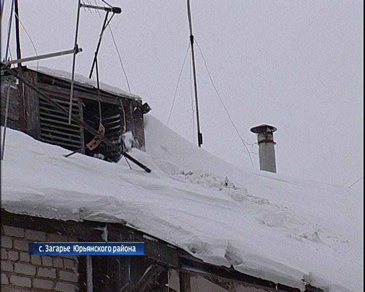 Дырявые крыши в селе Загарье Юрьянского района