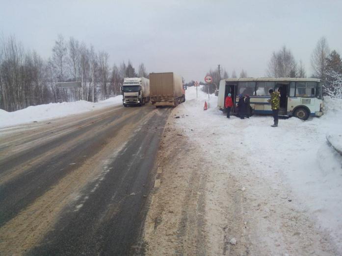 В Орловском районе фура врезалась в рейсовый автобус.