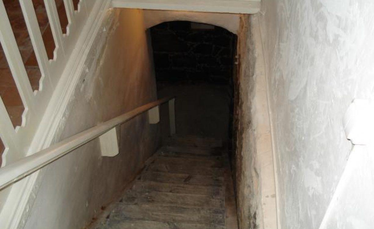 Житель Кирова зашел к себе домой и очутился в чужом подвале.