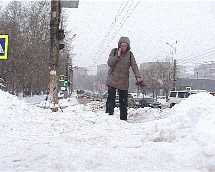 Мост на Воровского для пешеходов напоминает полосу препятствий из снежной каши