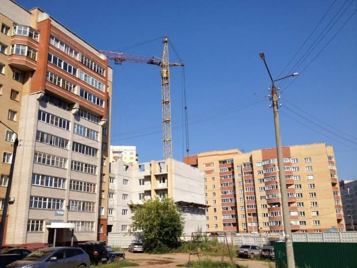 Застройщик многоэтажки на улице Сурикова, 39/3 пообещал вручить дольщикам ключи от квартир в конце марта.