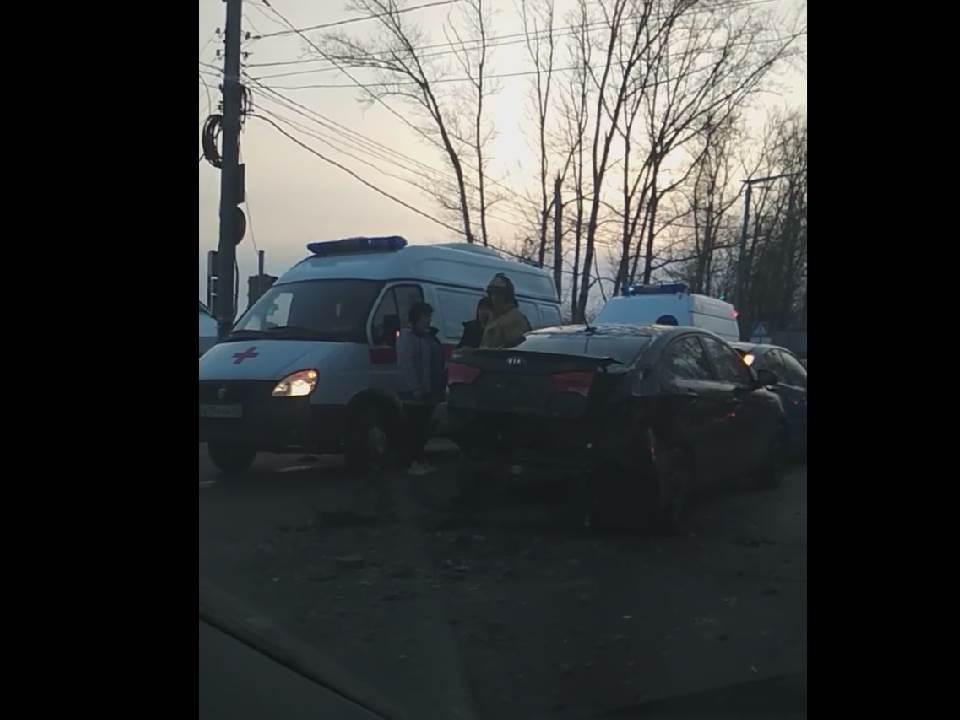 В Кирове у старого моста столкнулись пять иномарок: 5 человек травмированы.