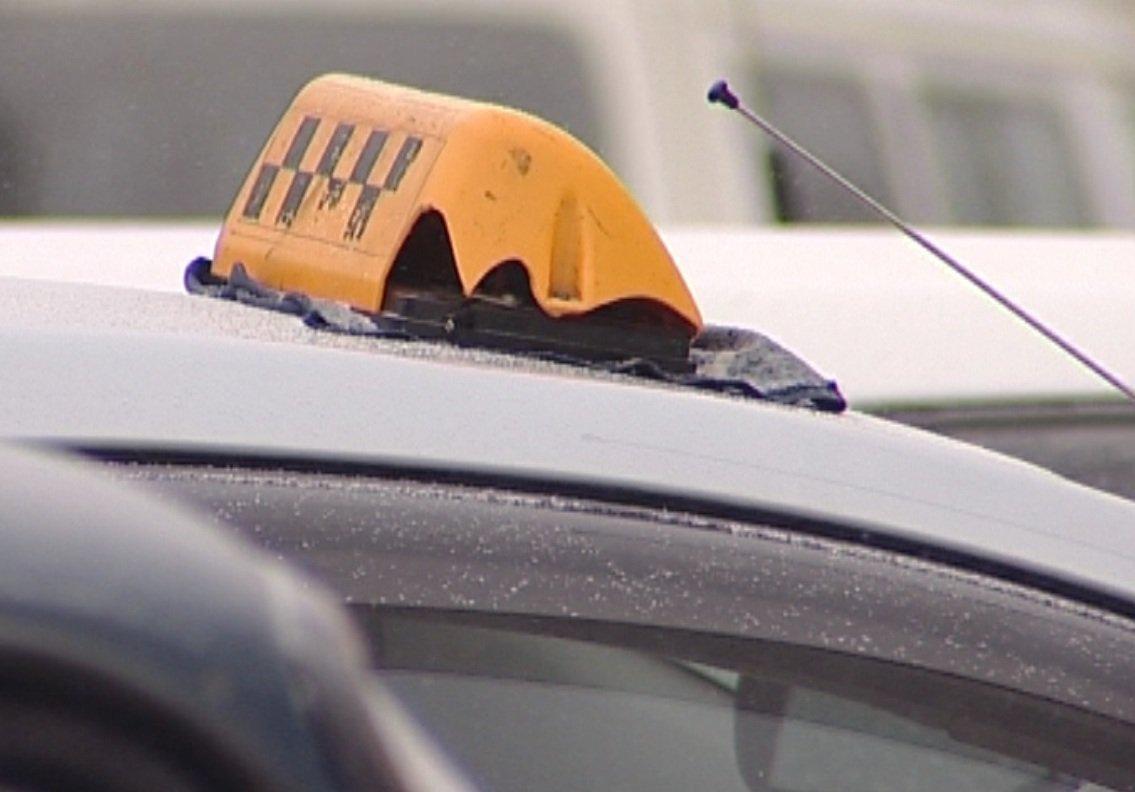 В Кирове таксист ограбил своего пассажира.