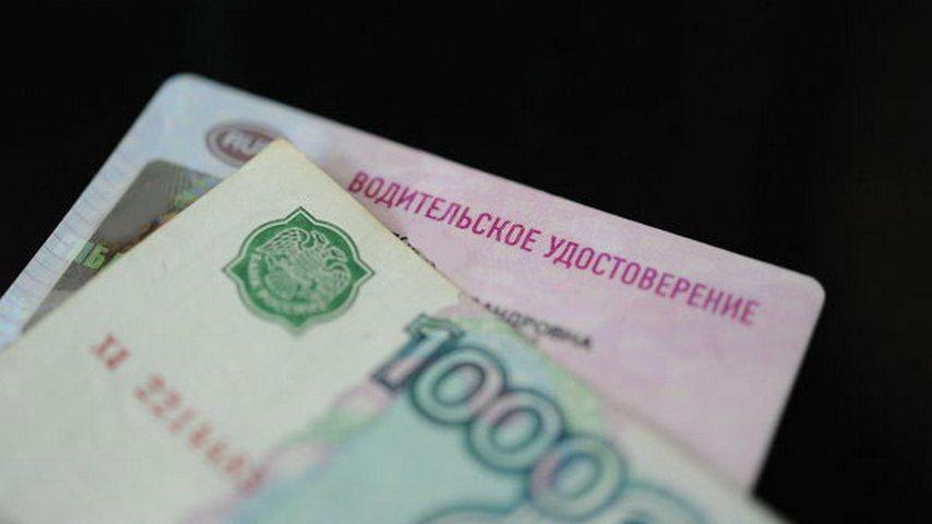 В Мурашинском районе сотрудник ГИБДД выдавал водительские права за взятку.