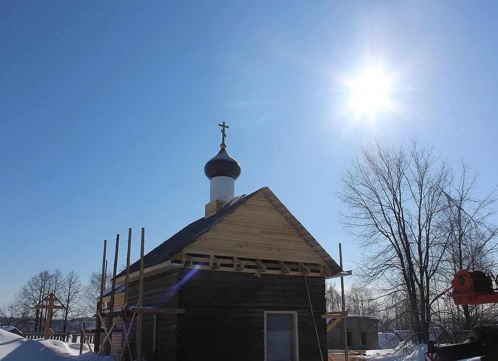 В Советске на новую Казанско-Богородицкую церковь установили купол и крест.