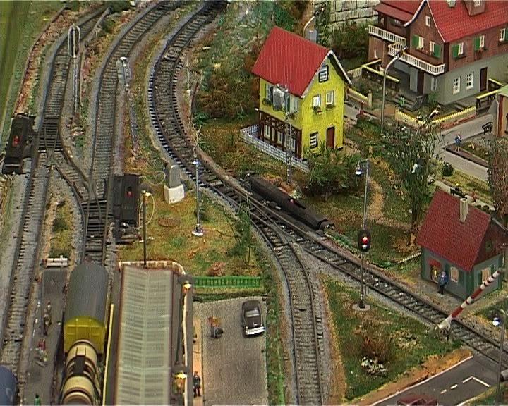 Кировчанин у себя дома возвел железную дорогу с поездами и городом