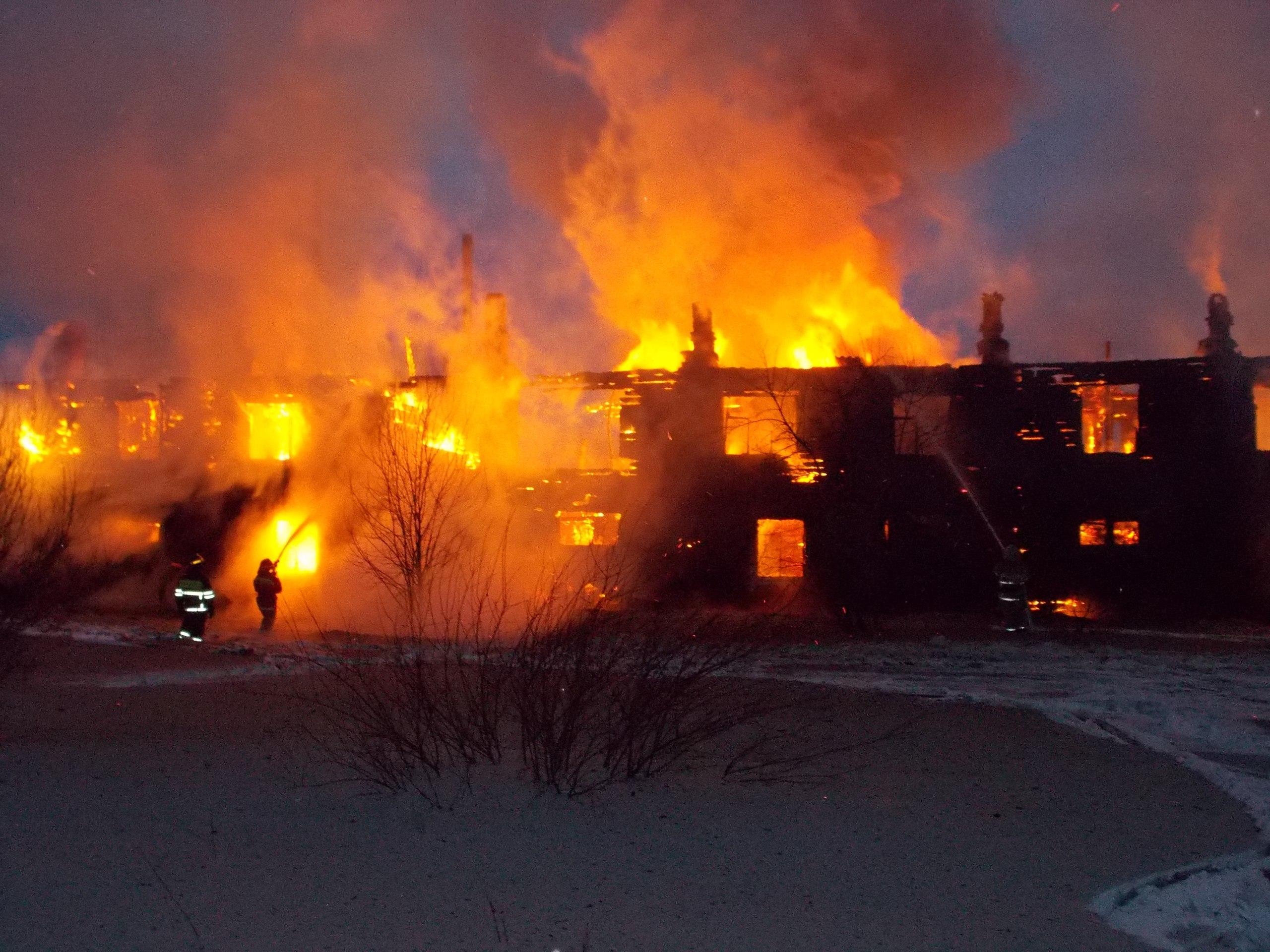 В п. Безбожник Мурашинского района сгорел восьмиквартирный жилой дом.