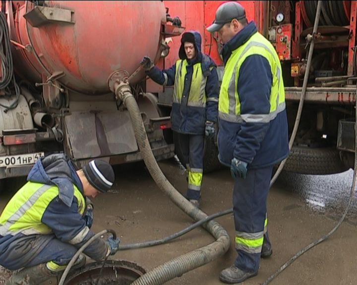 В Кирове рабочие по всему городу прочищают ливневую канализацию