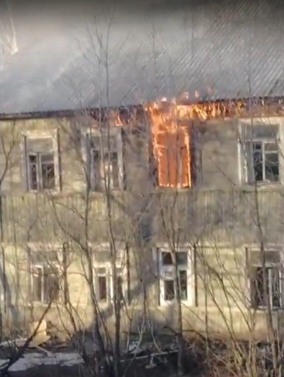 В Лянгасово горит аварийный деревянный жилой дом.