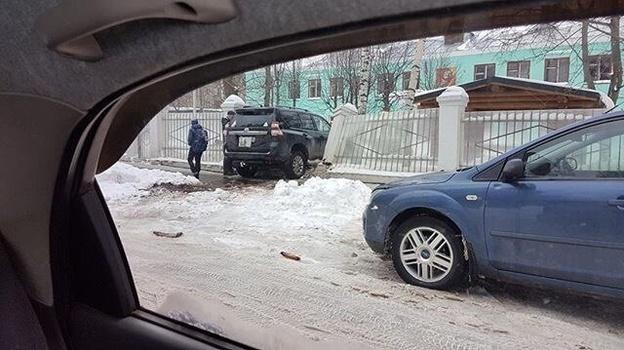 В Кирове женщина на внедорожнике врезалась в забор детского сада.