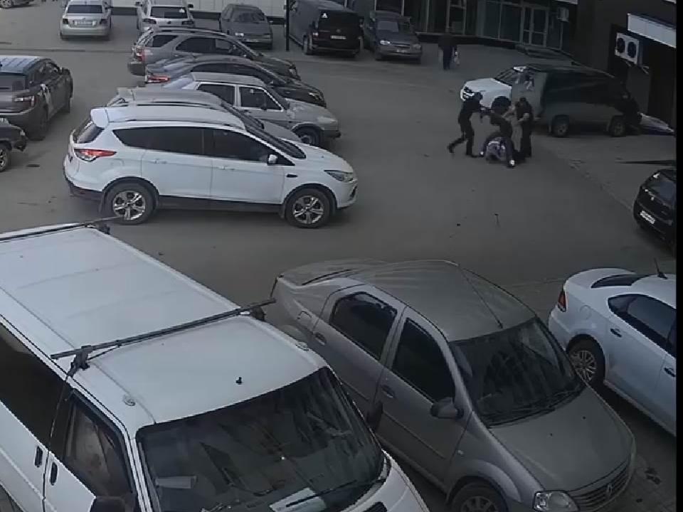 В Кирове оштрафовали трех молодых людей, избивших таксиста.