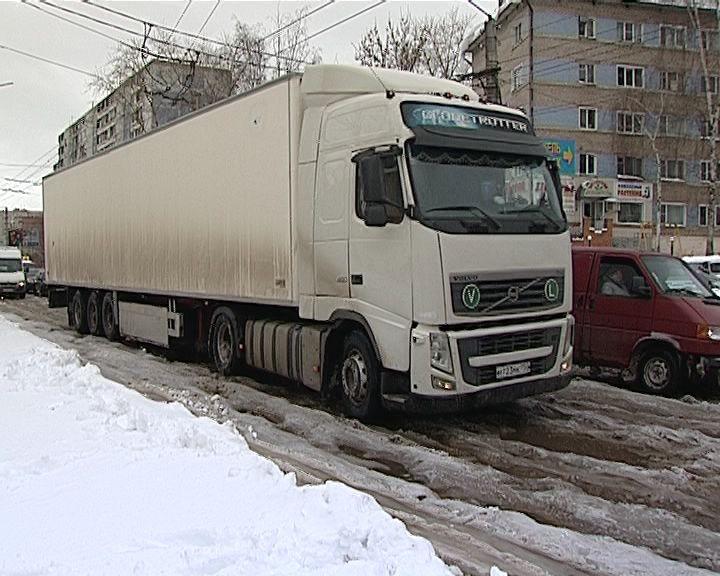 Некоторые улицы Кирова по-прежнему под толстым слоем наледи