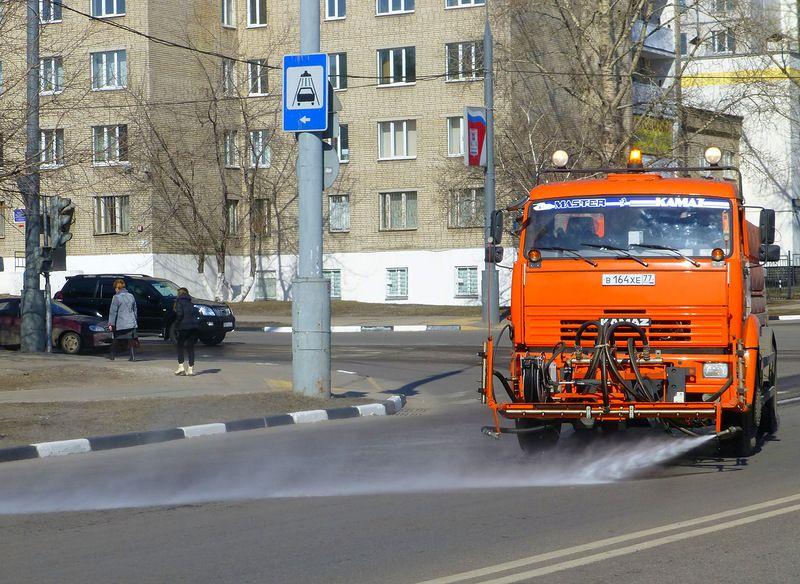 В Кирове Театральную площадь водой очистили от снега