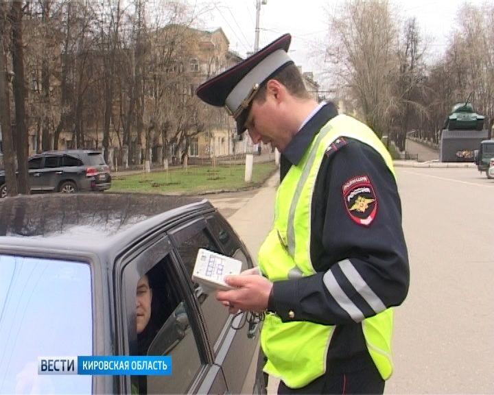 Сотрудники ГИБДД выявляют нарушения правил тонирования автостекол
