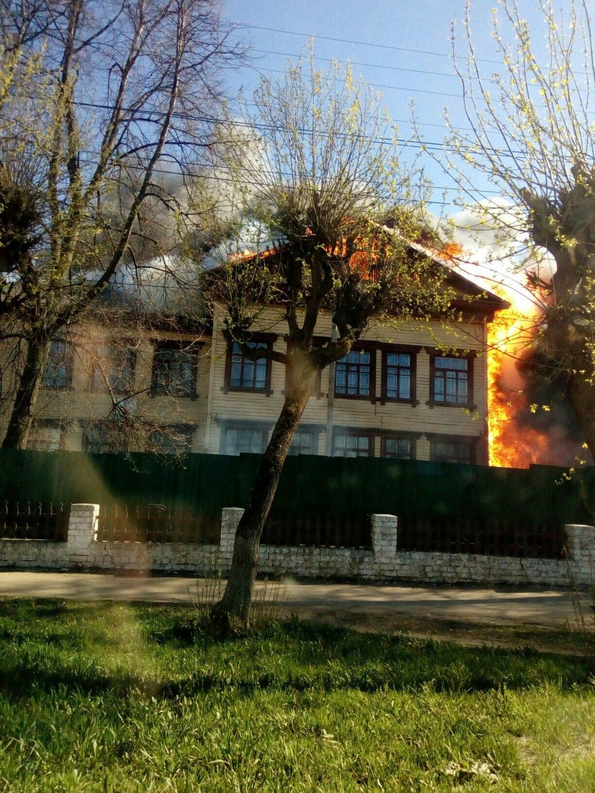 В центре Кирова сгорело деревянное здание.