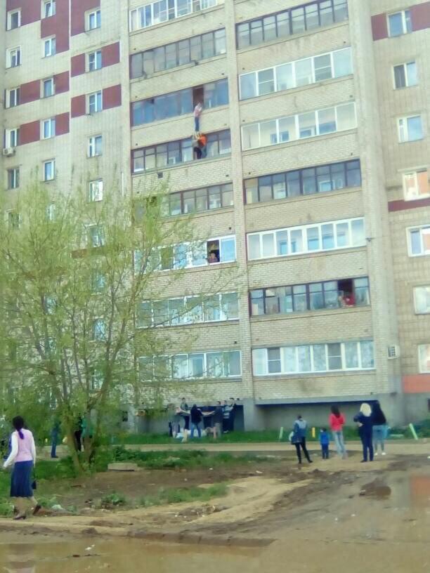В Кирове по факту падения мальчика с балкона организована доследственная проверка.