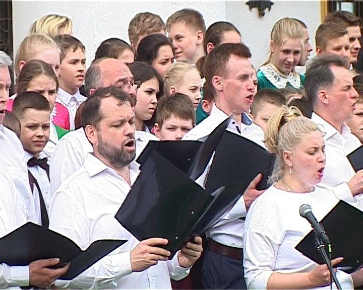 День славянской письменности отметили хоровым пением на театральной площади