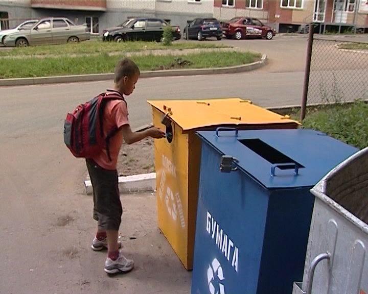 Активисты ОНФ выясняют, как идет процесс сортировки мусора