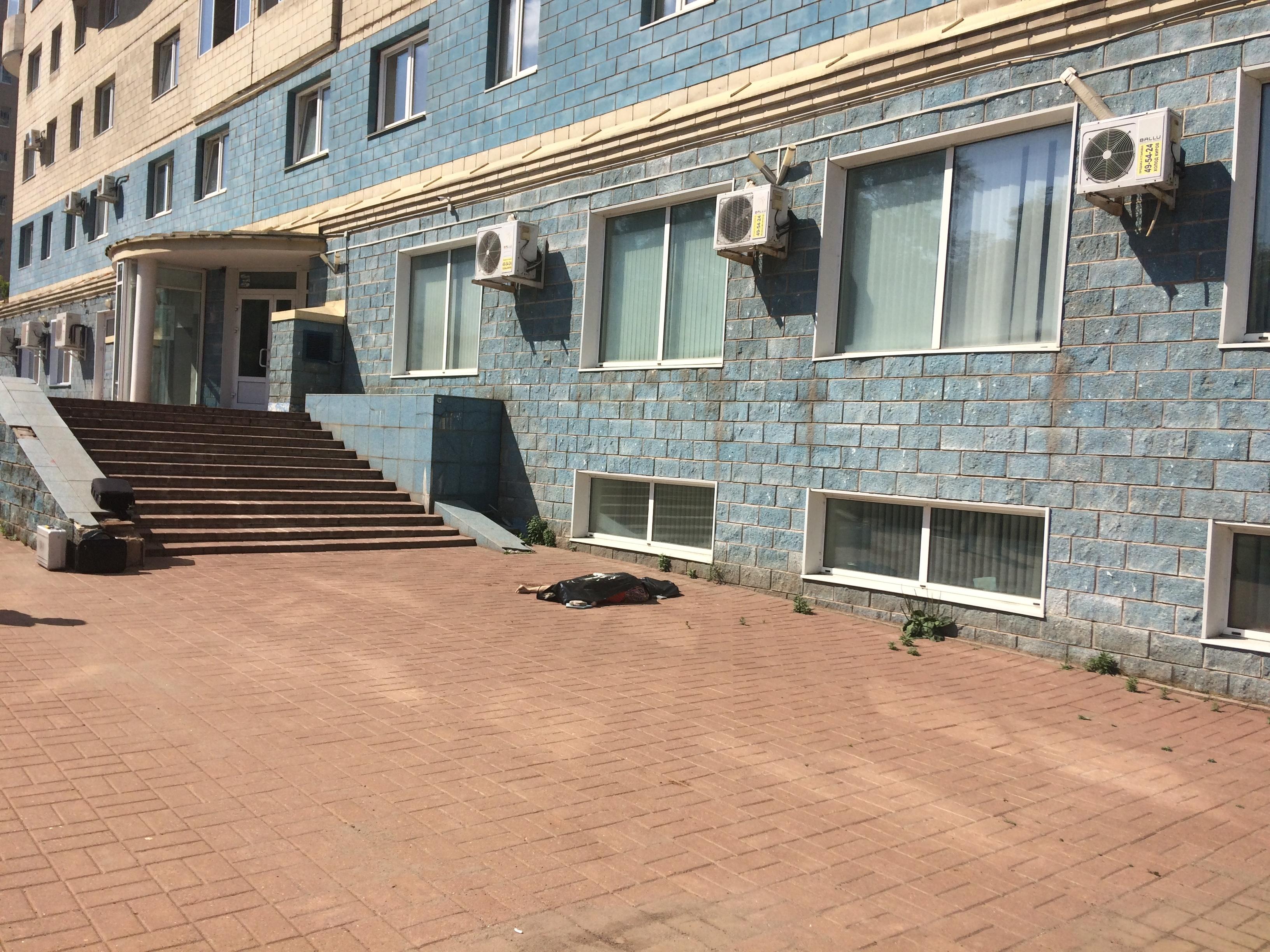 На улице Московской из окна выпала и разбилась пожилая женщина.