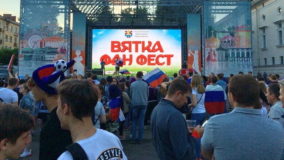 Матчи ЧМ по футболу на Театральной площади посмотрели более 2000 человек.