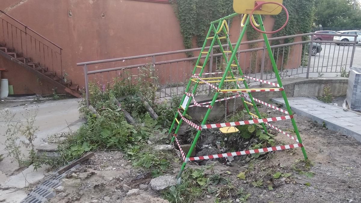 В Кирове проверяют безопасность детских площадок и скверов.