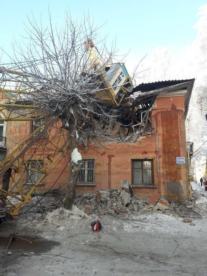Эксперта, виновного в падении крана на жилой дом, приговорили 1,9 году ограничения свободы.