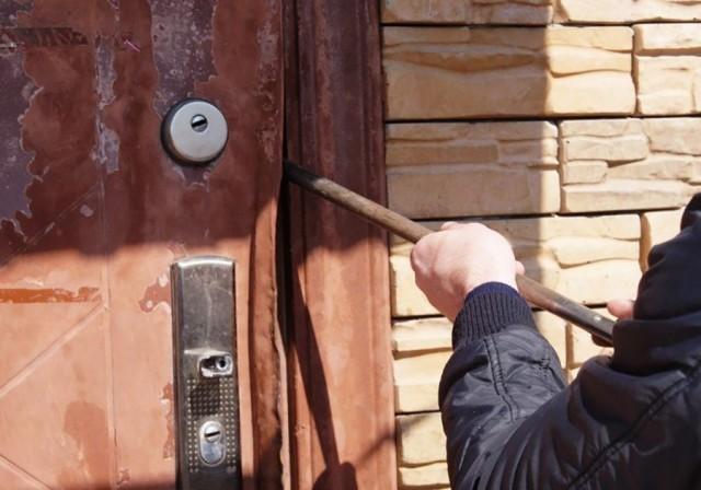 17-летний житель с. Курчум подозревается в серии краж из домов односельчан.