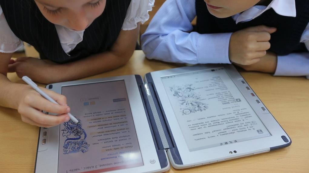 35 опорных школ Кировской области получат электронные учебники.