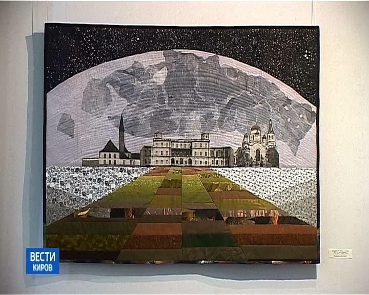 Необычные текстильные коллажи в выставочном зале художественного музея