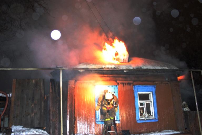 В Арбаже сотрудники ГИБДД спасли людей из горящего дома.