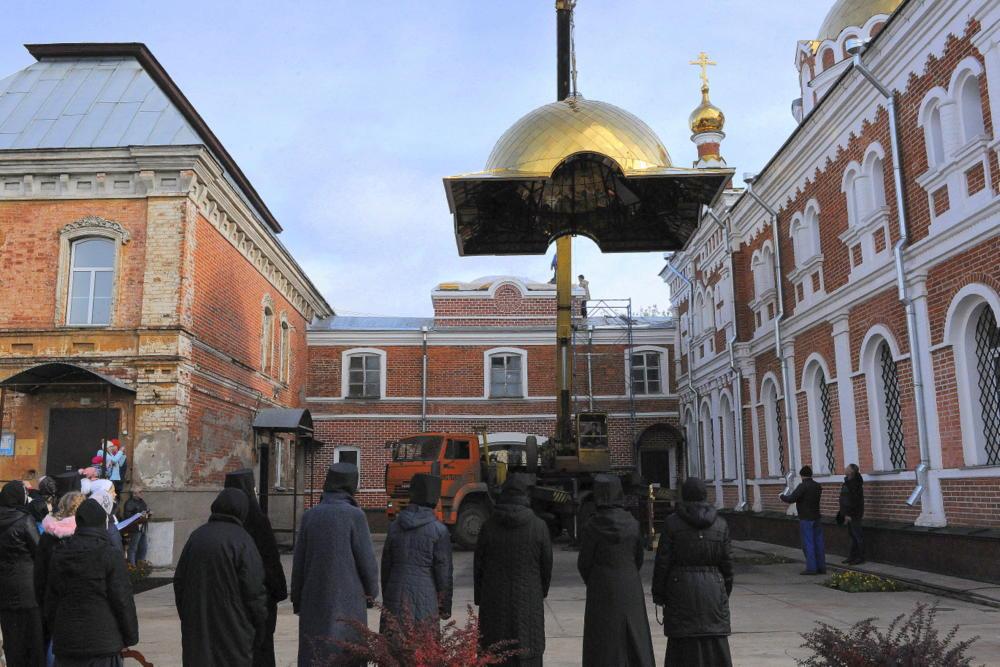 В Слободском состоялось освящение креста и иконы Святых врат Христорождественского женского монастыря.