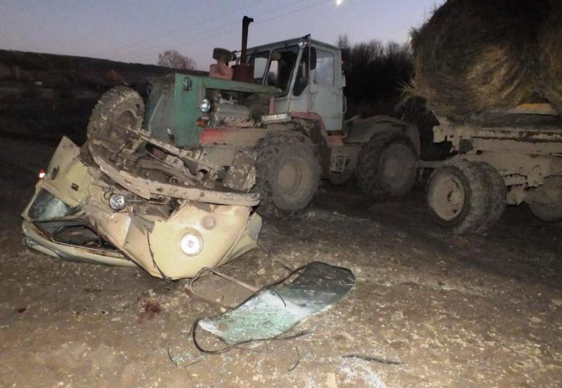 В Сунском районе УАЗ врезался в трактор: 2 человека погибли.