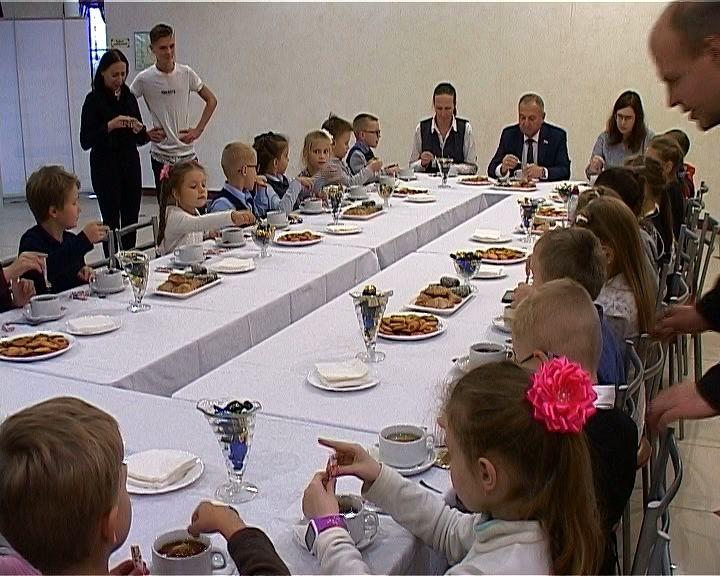 Первоклашки смогли увидеть кукольный спектакль и пообщаться с председателем Заксобрания