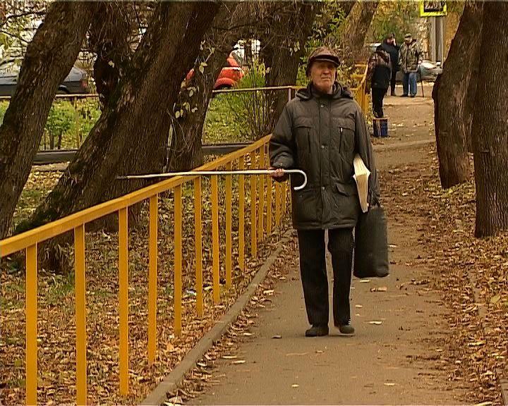 В Кирове начали устанавливать уличные поручни для слабовидящих
