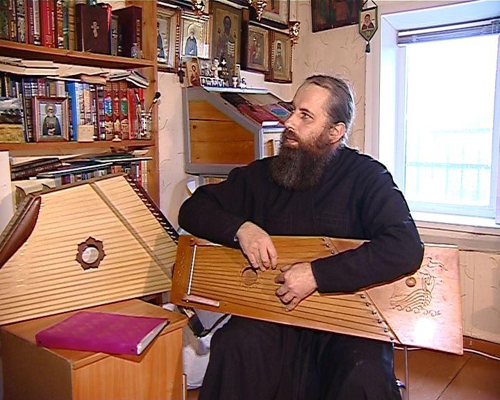 Священник из Кстинино Кирово-Чепецкого района уже десять лет осваивает гусли