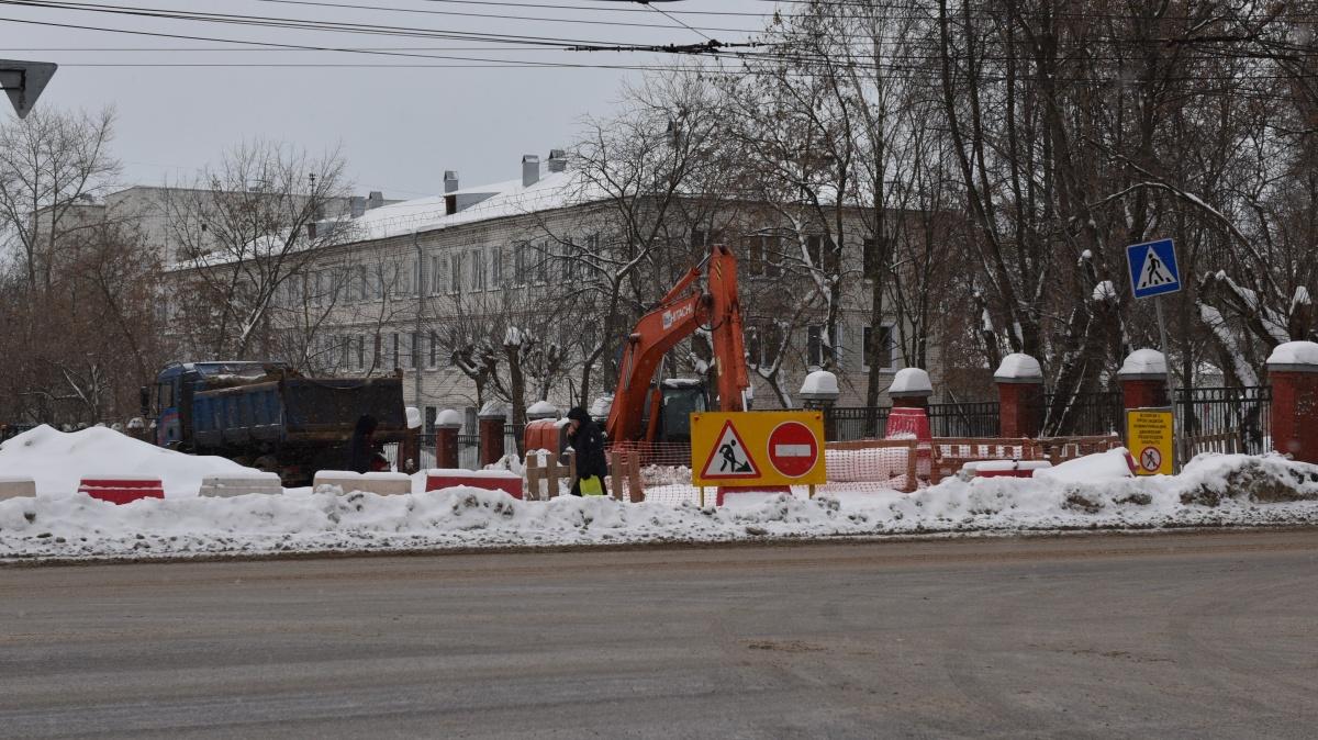 На улице Попова началась установка шумозащитного экрана.